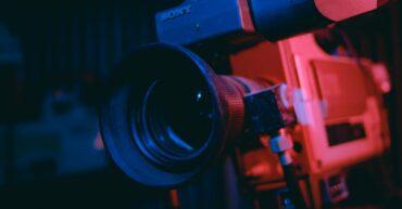 Saat ini, banyak kalangan yang mulai berminat untuk memproduksi film dokumenter, mengingat berbagai kemudahan untuk berbagi konten di internet atau bahkan mengkomersilkannya. Apalagi film dokumenter adalah salah satu film yang bisa diproduksi secara single production, tidak harus diproduksi oleh studio atau kantor jurnalistik besar saja. Nah, salah satu alat penting yang dibutuhkan untuk memproduksi film dokumenter adalah kamera. Maka tak heran jika di pasaran mulai banyak jenis kamera yang ditawarkan untuk pembuatan film dokumenter, mulai dari fitur resolusi super besar hingga kemampuan autofocus kamera yang sangat mengagumkan. Namun, bukanlah persoalan mudah untuk memilih kamera yang akan digunakan untuk kebutuhan documentary film making. Meski tidak ada standar khusus kamera mana yang paling bagus untuk dipakai dalam pembuatan film dokumenter. Tapi alasan dan tujuan, serta tempat dimana film tersebut akan dibagikan atau dipertontonkan bisa menjadi bahan pertimbangan sendiri dalam memilih kamera. Buat kamu yang sedang kuliah film dan berencana untuk membuat film dokumenter, berikut ini beberapa rekomendasi kamera film dokumenter lengkap dengan ulasan beserta harganya. Canon EOS 5D III Harga: Rp 39.000.000 Buat kamu yang menginginkan hasil gambar yang tajam, jernih, namun tetap natural, kamera Canon EOS 5D III adalah pilihan terbaik. Kamera ini sudah didukung oleh image stabilizer yang sangat mumpuni dengan kapasitas kamera hingga 22MP meskipun ISO kamera ini hanya mencapai 25600, namun EOS 5D tetap dapat bersaing dengan jajaran kamera yang punya spesifikasi sama. Tak hanya itu, EOS 5D juga dilengkapi dengan sistem autofocus yang sangat akurat, serta memiliki hingga 61 point wide-area. Fitur tersebut mendukung kamu untuk mengambil gambar atau recording objek bergerak. Sony PXW-Z150 4K XDCAM Camcorder Harga: Rp 36.600.000 Performa dan kemampuan dari kamera Sony PXW-Z150 memang sudah tidak diragukan lagi. Pasalnya, kamera ini sudah banyak digunakan oleh para profesio